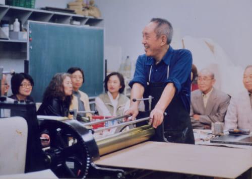 東京の「世田谷美術館」での成人向け講座で、40代で開発した木版プレス機の説明をする吹田さん(70代の頃)。このプレス機の開発により、一気に作品の大型化が進んだ。