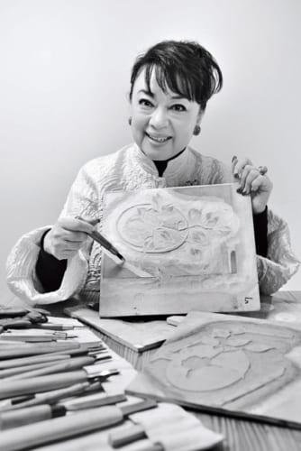 ジュディさんが手にしている版木は、『紅椿』という作品のもの。今では西欧各国や中国・台湾等で個展を行なうアーティストだ。「台湾では5万人の方に観ていただきました」