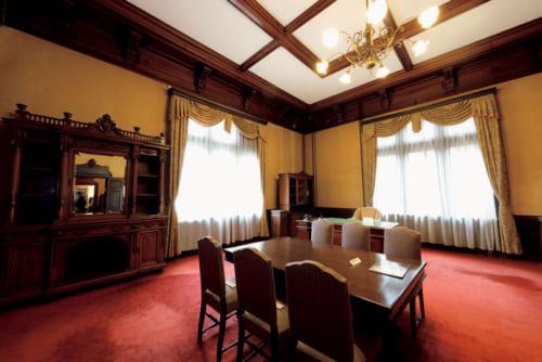 旧知事室は日当たりのいい南東に。昭和46年まで67年の間、24人の知事がここ の椅子に座った。
