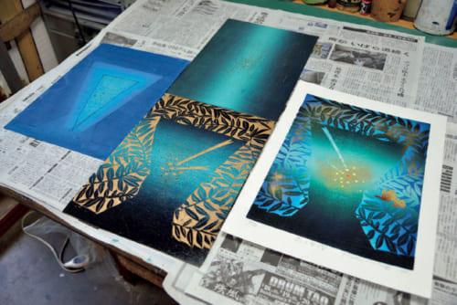 水性刷り(写真左)の上に油性刷りを重ね(中上)、おも版刷りして金粉を蒔ま く(中下)。水性と油性を巧みに配した作品『森の中の星』(右。木版、水性+油性、36.5×26.2㎝)。