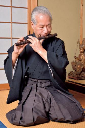 自宅で稽古中の名生さん。長唄囃子の練習はテープを流して行なうが、ソロの練習は音色を確かめるだけ。自然と一体となる音色を求めて、古都の山や谷を逍遥することが多い。