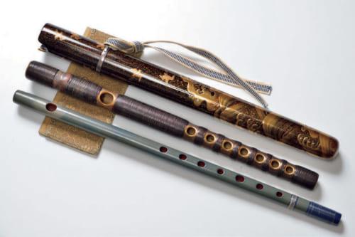 愛用の横笛。上から一閑張の蒔絵能管ケース、能管、篠笛、置台は印伝。ソロ活動では能管と篠笛を使い分けるが、長唄囃子では両方を使用。篠笛はメロディを奏でるが、能管にその機能はない。