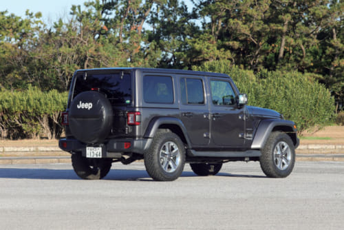 最近のSUVとは一線を画す個性的な外観。車体色は黒、グレー、グラナイト(写真)などを用意。