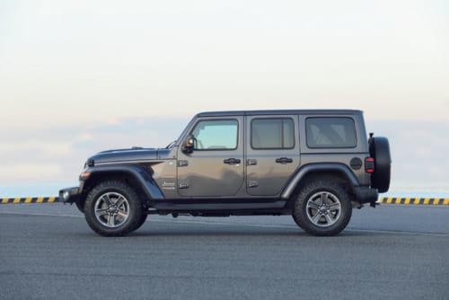 大柄に見えるが、全長、全高、全幅ともにトヨタのランドクルーザーよりも小さい。写真の4ドア版のほかに、ホイールベースと全長が短い2ドア版があり、受注生産の形で手に入れることができる。