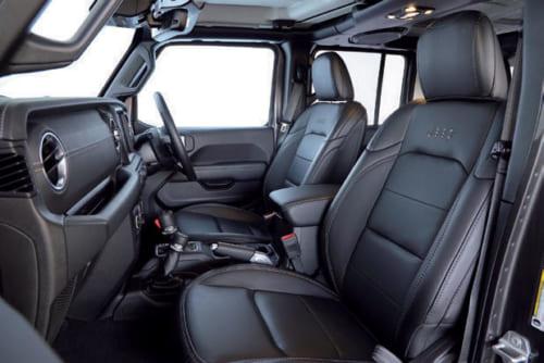 室内は黒一色。座席は本革。後席も床は平らで、頭上も広く、大人3名が楽に座れる。