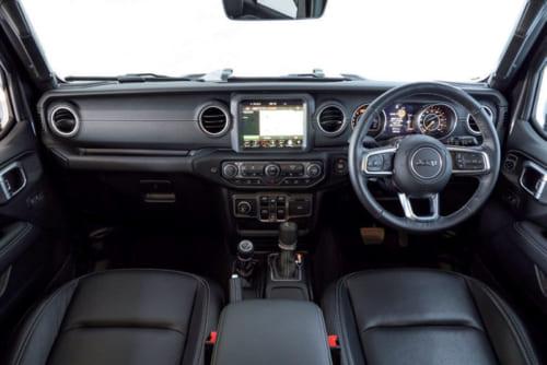 最新のジープ車はラングラーに限らず右ハンドルが標準仕様。ナビ画面は大きく見やすい。