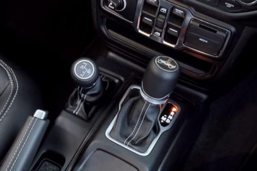 シフトレバーは8速自動式用(右)と2輪駆動と3種類の4輪駆動を切り替える副変速機用。