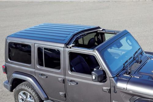 前席上の屋根は左右2分割。簡単に脱着できる。後半分の屋根と後方側面の窓も一体で脱着可能。