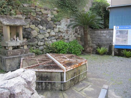 長崎県五島市にある王直ゆかりの明人堂と六角井戸 写真提供・五島市