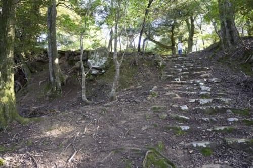 曲輪や石垣などの遺構が良好に残る後瀬山城。