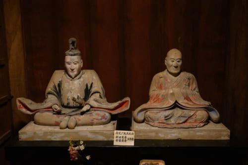 羽賀寺と強い関係のあった津軽安藤一族の木像が安置されている。