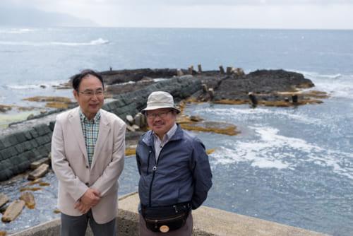 往時に北前船が接岸した跡が残る(左が筆者、右は歴史作家の安部龍太郎氏)