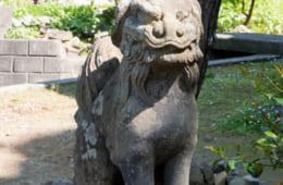 越前産の石で造られた狛犬。
