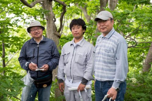 松前町教育委員会の佐藤雄生学芸員とともに(右が筆者)。