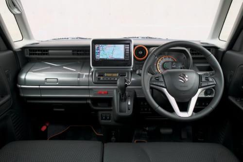 機能的な運転席。助手席の物入れは工具箱風のデザイン。レバーやスイッチ類は大きく簡素な設計で使いやすい。
