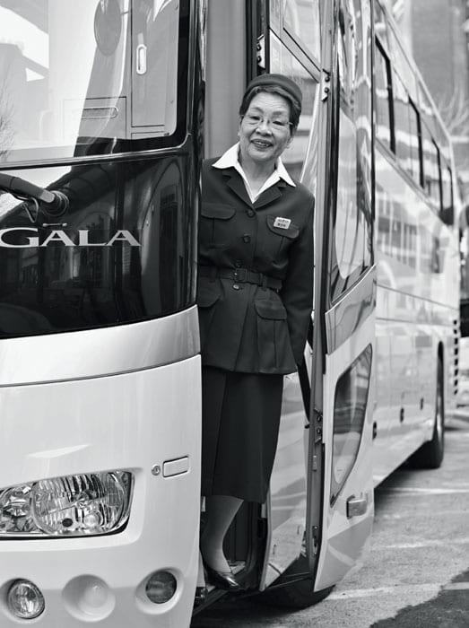 77歳の現役バスガイド・長谷井由紀子さんが乗務する、はとバスの東京案内『懐かしの 昭和浪漫紀行』は朝9時20分に東京駅丸の内南口を出発。往年の名調子は今も健在だ。