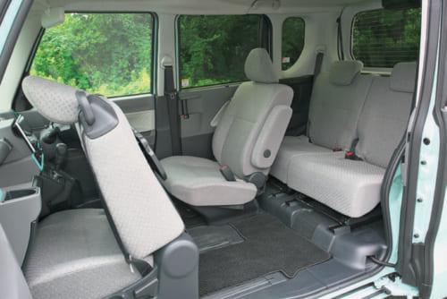 助手席のドアと、後席のスライドドアを開けた状態。助手席のドアは90度まで開く。開口部の幅は約150cm、高さは約135cm。