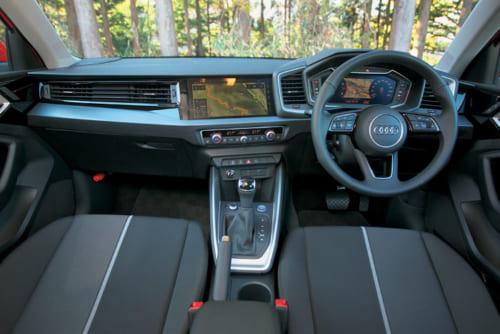 ダッシュボードはわずかに運転席側を向き、操作性の向上にも寄与している。運転席の計器盤にナビ画面を表示することもできる。