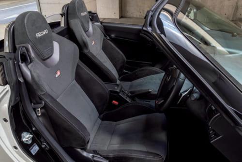 世界の名だたるスポーツカーにも採用される、レカロ製のスポーツシートを装備。体をがっちりと支え、カーブでも運転姿勢が乱れない。