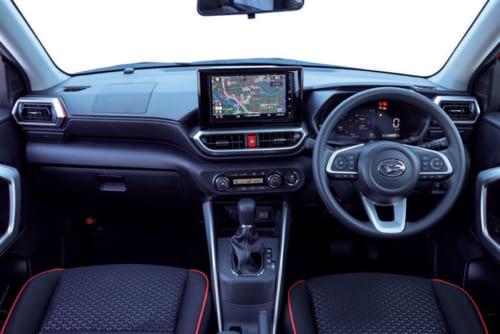 前席中央に設置されたカーナビゲーション画面は、大型の9インチサイズ(オプション)。室内色は基本的には黒色を用いている。
