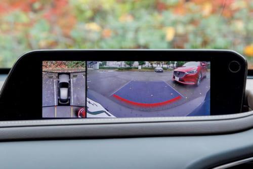 「後側方接近車両検知」機能。後方は広範囲に映る。俯瞰目線の映像とあわせて、出庫 時にしっかりと安全を確認できる。