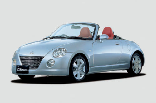 実用重視の軽自動車市場に新風をもたらした初代コペン。デザインは優美で、今も中古車が人気。