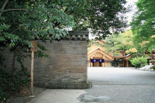 境内に立つ信長塀の名は、織田信長が奉納した伝説に由来。瓦と土を交互に積み重ねた造り。