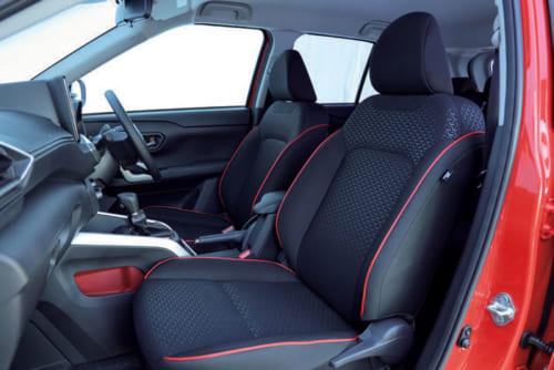 4WD車には運転席と助手席にシートヒーターを標準装備。座面横のレバーで座面の上下高を変えることができる。