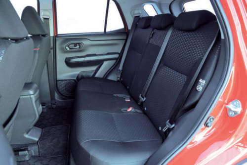 後席の着座位置はやや高めで、後方から前席ごしに見る前方の見晴らしがよい。床面はフラットで大柄な大人が3人座ることも可能。
