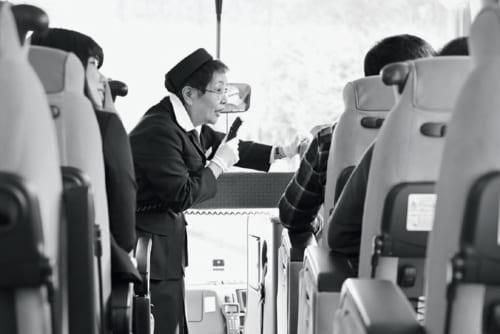 長谷井さんが、若い頃から「はとバス」の観光ガイドとして全国各地を案内してきたお客さんの数は延べ15万人。指導育成にあたってきた後進のガイドは1500人に及ぶ。