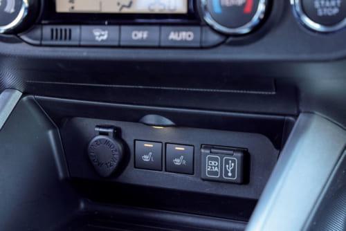 計器盤下の中央には、左から12Vソケット、前席用座席ヒーター、USBソケットなどが装備されている。USBソケットは後席にも2口装備。
