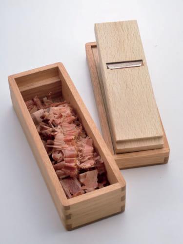 朝の味噌汁の出汁は鰹節と昆布で取る。鰹節を削るのは龍香さんの仕事だ。「上手に削るには、鰹節を湯気で温めてしっとりさせるといい。それと刃の出具合がカギです」