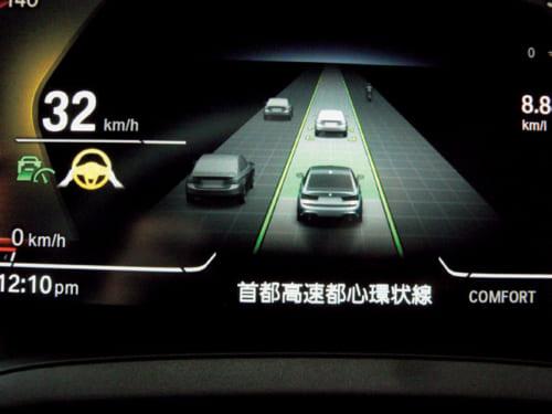 高速道路の渋滞時、ペダル操作に加え、ハンドル操作も自動で行なう「ハンズ・オフ」機能。ただし、作動条件は限定される。