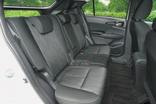 後席は前後に200mmスライドし、背もたれの角度調整もできる。足元のゆとりもまずまずで、窮屈な感じはない。