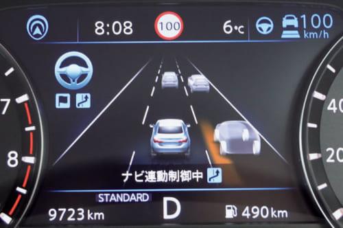 前の車に追い付き、追い越し可能と判断すると、計器盤に追い越し提案が表示される。