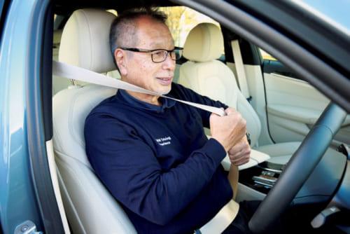 (7)シートベルトを装着 腰骨の位置にしっかりとシートベルトを装着。次に胸の前のベルトを上方向に強めに引っ張り、たるみをなくす。