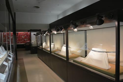 毎月展示品を入れ替え、3月~4月は新収蔵品など、常時約14~15口の刀剣を展示。山城伝、備び 前ぜん伝などテーマに沿った展示を行なう。