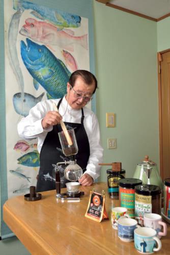 コーヒーには一家言ある。器具はサイフォン、コーヒーメーカー、ドリッパー、圧縮式、エスプレッソ用と揃い、豆の種類やその日の気分によって使い分ける。豆も世界各国から取り寄せているが、今のお気に入りはハワイの豆。