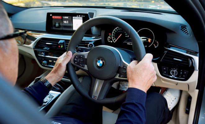 (8)ハンドルを握る 3時と9時の位置を握るのが正しい。ハンドルを大きく切るときも、両手が持つハンドルの場所は同じ位置。
