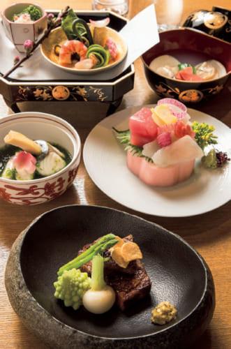 取材時は、雛祭りにちなむ雛会席(8000円)。手前から時計回りに、牛肉ステーキ、鰆の筍巻き蒸し、前菜、蛤の潮仕立て、お造り。