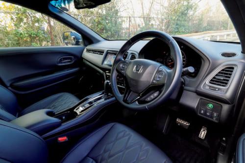 ダッシュボードは運転席側に角度が付き操作しやすい。クルーズコントロール(車速・車間維持装置)搭載だが、夜間は使用できなかった。