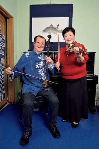 山本夫妻の元気の秘訣は、楽器演奏での共演。龍香さんは60歳で二胡を、尉恵香さんは70歳でバイオリンを習い始め、ふたりの得意曲は『川の流れのように』だという。