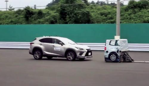 レクサス/NXの「被害軽減ブレーキ」評価試験。停止車両と走行車両、両方でテストする。