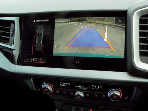アウディの駐車支援システムは、音と視覚で警告しながら、モニターにガイドラインで 駐車位置を示し、とてもわかりやすい。