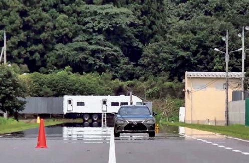 JNCAPの予防安全性能試験の様子。「車線逸脱抑制試験」を受けているレクサス/ES。