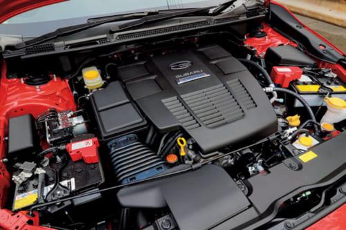 「e-BOXER」と呼ばれる水平対向エンジン+モーターのハイブリッドシステム。モーターが発進時の加速を助け、省燃費にも貢献。