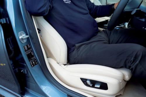 (1)腰を深く お尻の後ろに隙すき間ま ができないように、骨盤を起こす感じで深く座る。腰が後ろにずれず急ブレーキも正しく踏める。