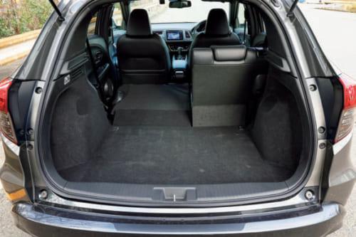 荷室の左右は最大93cm。奥行きは67cm、後席を倒すと奥行き124cmのフラットな床に。荷室高は82cm。