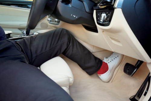 (2)左足をしっかり置く ブレーキ左の足置きに左足を置き、左膝ひざが確実に曲がるよう座席を前後に調整。これで急ブレーキを力強く踏める。