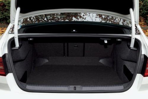 荷室の左右は106~140cm。奥行き117cmで、後席を倒すと183cmになる。開口部は5cmと高 さがあり使いやすい。